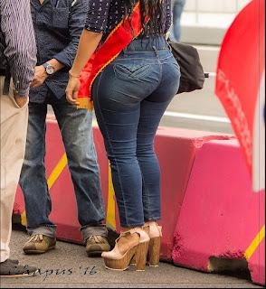 Hermosa mujer caderona pantalon pegado
