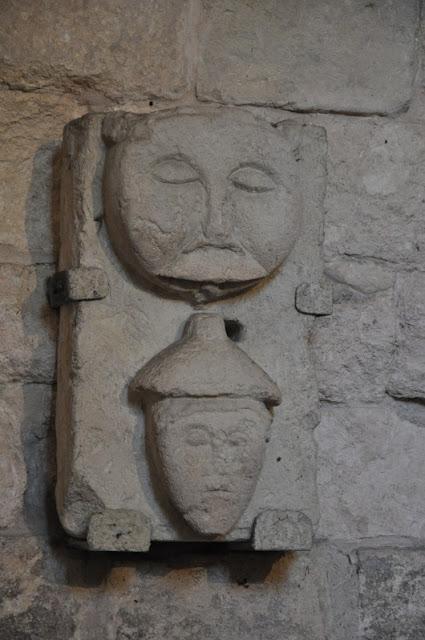 Kolegiata wiślicka - romański detal kamienny przedstawiający żyda i lwa