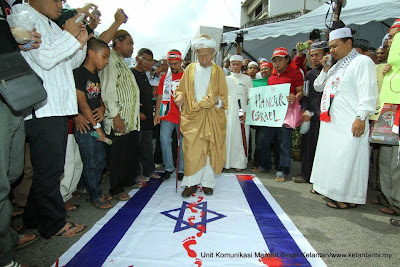 Hasil carian imej untuk pijak bendera Israel