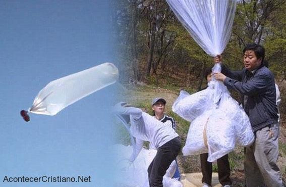 Pastor prepara globos para enviar Biblias