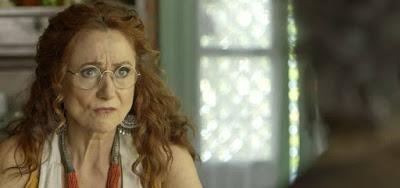 Milu (Zezé Polessa) lê as cartas para Feliciano (Leopoldo Pacheco) e não gosta do que vê