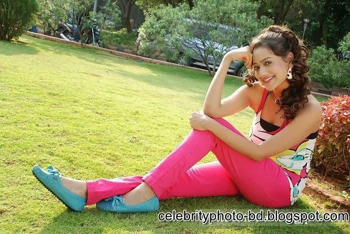 Beautiful Indian And Pakistani Hot And Cute Girls Latest HD Mix Photos