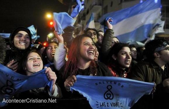 Activistas pro vida celebran rechazo del aborto en Argentina.