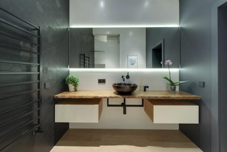 baño con balda volada de madera