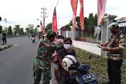 Babinsa Banjarsari Bersama FKPPI Bagikan Takjil dan Masker