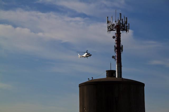 Helicóptero descendiendo sobre un tanque de agua