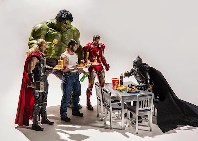 Batman, Thor, Hulk, Iron Man y Wolverine almorzando