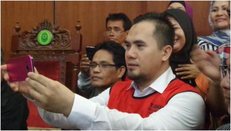 Saipul Jamil selfie dengan penggemarnya di PN Jaksel