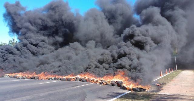 Resultado de imagem para fotos de protestos e pneus queimados