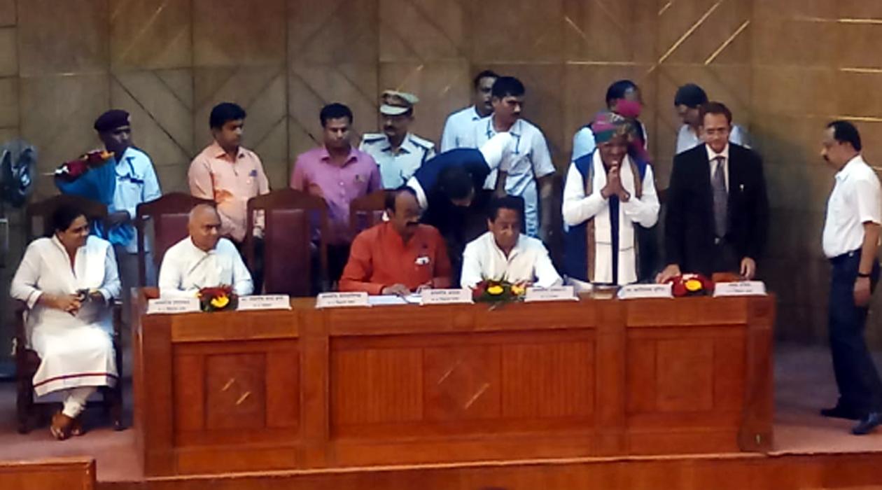 jhabua news-नवनिर्वाचित विधायक कांतिलाल भूरिया ने प्रदेश  के मुख्यमंत्री की उपस्थिति में ली विधायक पद की शपथ