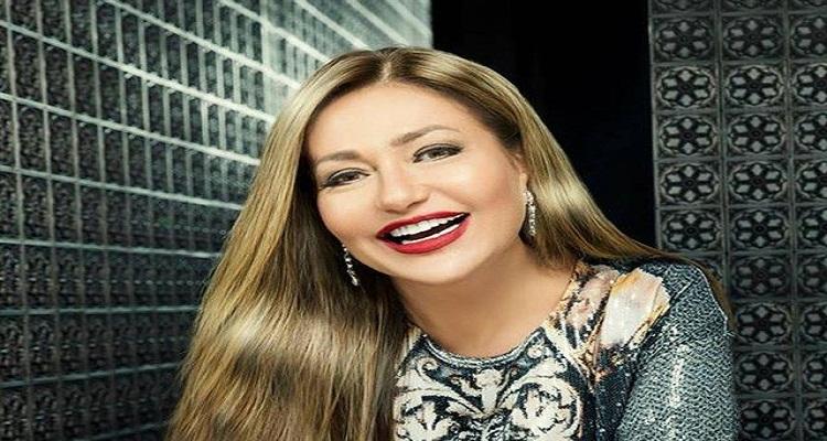 ليلي علوي تشعل مواقع التواصل الاجتماعي بصورة صادمة  بالشورت مع ابنها