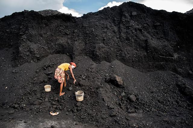 Donna che raccoglie carbone. Fotografia di Fausto Podavini
