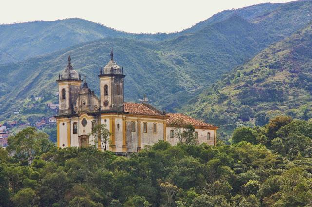 Igreja São Francisco de Paula observada do adro da Igreja Nossa Senhora do Carmo, em Ouro Preto