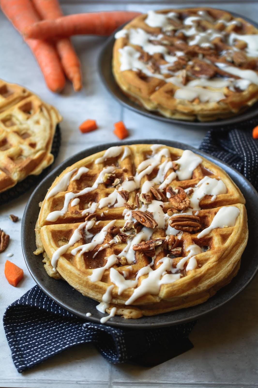 Rezept für Carrot Cake Waffeln mit Sauerrahm und Pekannüssen