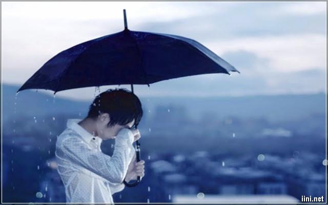 ảnh chàng trai khóc trong mưa buồn