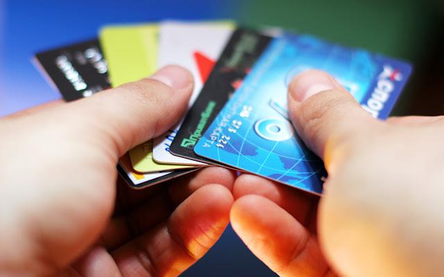 Χαράτσι 22% σε όσους δεν καλύπτουν το αφορολόγητο όριο με αγορές μέσω καρτών