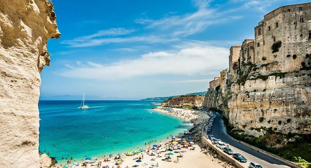 Visita à praia de Tropea na região da Calábria