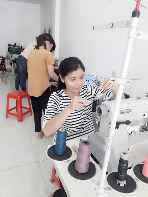 Học viên đang thao tác cắt may thời trang