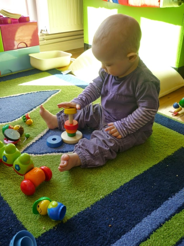 Baby sitzt und spielt