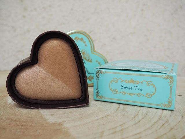 Cet article est une revue du bronzer SweetHeart Bronzer dans la teinte Sweet Tea par Too Faced, article écrit par clowy