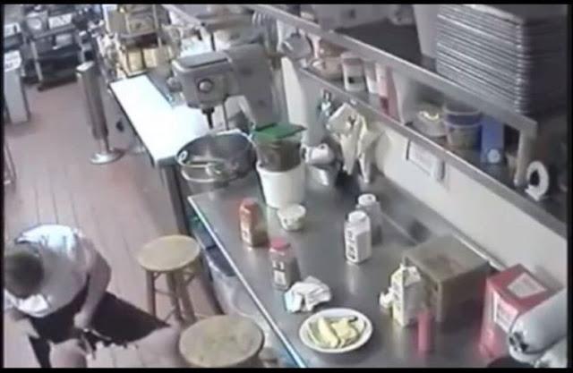 [ VIDEO ] CCTV Rakam Seorang Pelayan Wanita Masukkan Hotdog Dalam Far@j Sebelum Dihidangkan Kepada Pelanggan ! Euwww ..