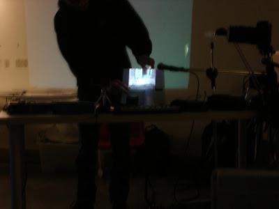 Vidéo projetée sur un livre papier