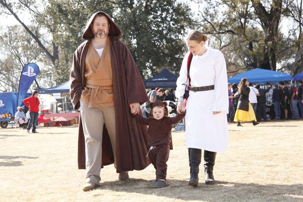 Twitter/Fotolive_Pix  sc 1 st  Under The Bluegums & DIY || Quick Princess Leia u0027A New Hopeu0027 costume for GeekFest 2015