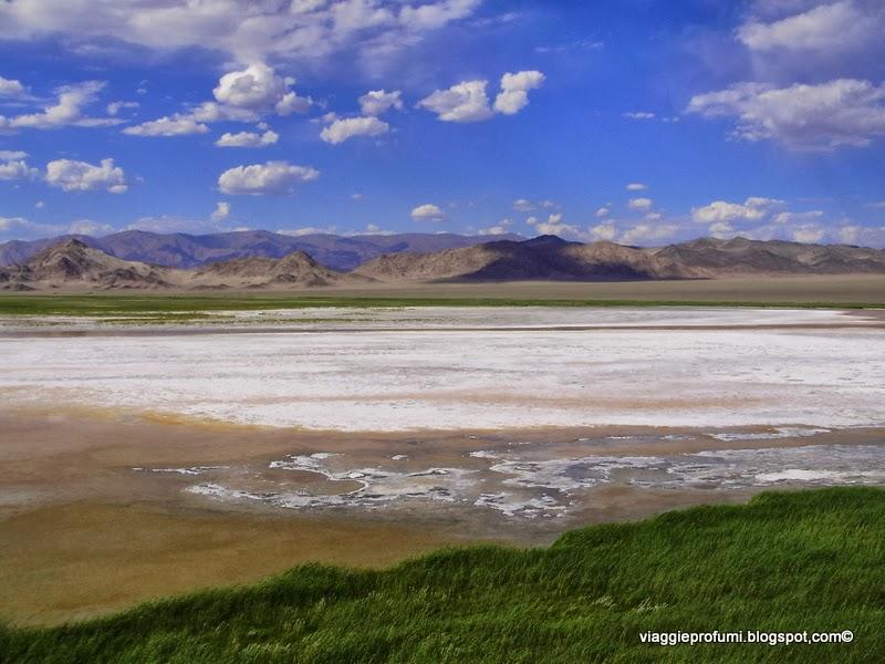 Mongolia, Altai: lago salato