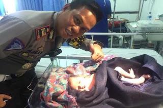 Kakorlantas Beri Penghargaan Polisi Bantu Ibu Melahirkan di Tol