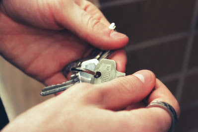 Foto imagem de uma mão segurando um molho de chaves ilustrando texto sobre possibilidade de parcelamento de divida de aluguel.