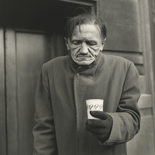 imagenes bellas en blanco y negro, fotos vintage, cool pictures -- fotografa Vivian Maier, Untitled, Man with Coffee.