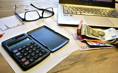 Calculadora, dinero y gráficos