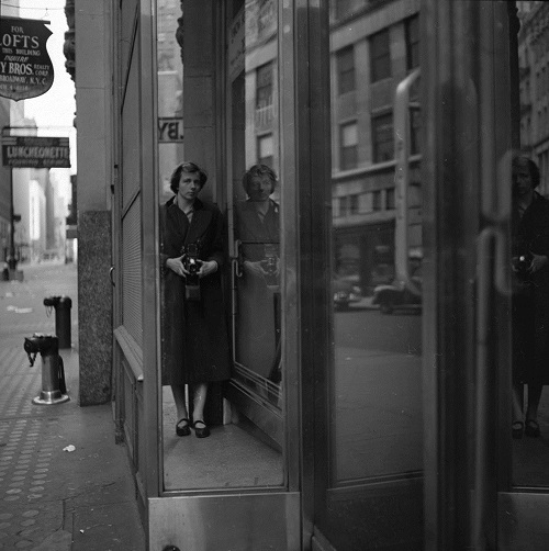 imagenes bellas en blanco y negro, fotos vintage, cool pictures -- fotografa Vivian Maier, Self Portrait Door Reflection.