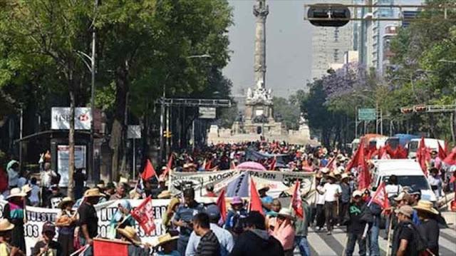 Mexicanos marchan contra la corrupción inmobiliaria