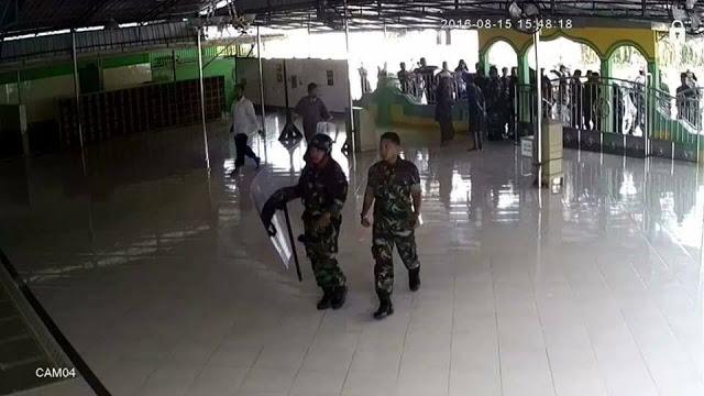 TNI masuk masjid pakai sepatu