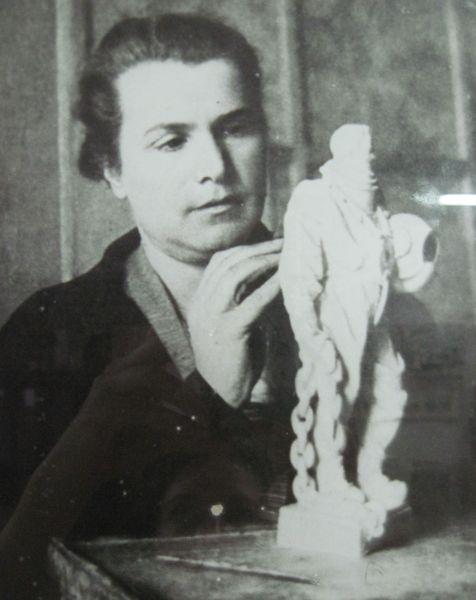 Мухина, работающая над моделью скульптуры Эпроновец. 1930‑е.