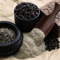 Karabiber tohumlarıyla birlikte öğütülmüş ve toz haline getirilmiş karabiber