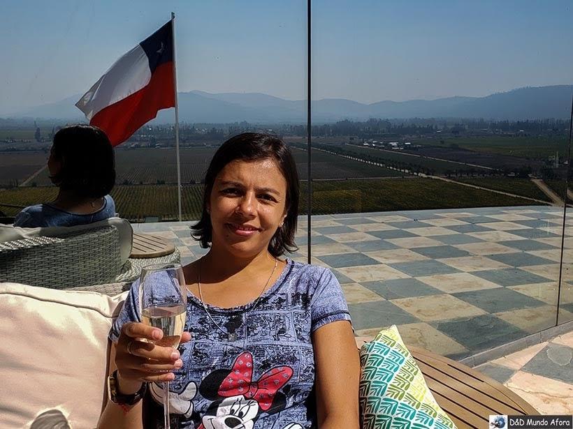 Danubia provando espumante da vinícola Indomita: Vinícolas chilenas - Valle Casablanca