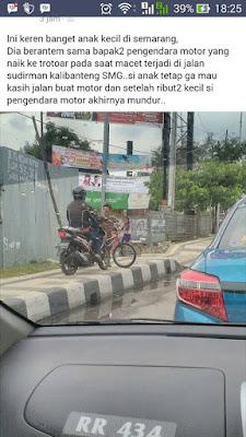 Aksi pemberani seorang anak menghadang motor di trotoar