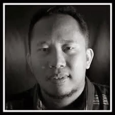 Biografi Asri Tadda – Blogger Kaya Raya Dari Indonesia   Beliau adalah salah satu blogger dari Indonesia yang sudah sukses dalam dunia blogging atau juga internet marketing. Beliau lahir di Palopo, Luwu Timur, Sulawesi Selatan pada tanggal 3 April 1981. Jadi, sekarang beliau berusia 33 tahun. Tinggal di Jl. Perintis Kemerdekaan Km. 8 No. 28 Tamalanrea – Makasar . Pada tahun 1999, beliau masuk Fakultas Kedokteran, Universitas Hassanudin di Makasar. Banyak kendala selama ia kuliah, terutama dalam hal biaya. Tau sendiri kan ya sobat FanBlog, biaya kuliah di kedokteran itu tak sedikit. Asri Tadda berpikir hal apa yang bisa menambah penghasilannya. Kemudian beliau memilih bisnis di dunia internet. Kegiatannya itu tak didukung oleh keluarganya, karena membuat kuliahnya terbengkalai. Tapi meski begitu, beliau terus semangat menekuni keduanya hingga bisa membuahkan hasil. Setelah itu beliau mencoba membuka usaha yang berhubungan dengan dunia blog dengan nama CV. Asta Media Link Perdana (Asta Media Group, Blogging School and Internet Marketing Center). Hingga pada tahun 2003, beliau mendapat gelar S1 di bidang kedokteran. Banyak lho penghargaan yang diberikan kepada Asri Tadda ini, seperti salah satunya yaitu pada tahun 2008 meraih predikat The Most Productive Writer in THIS Year-2004 dari