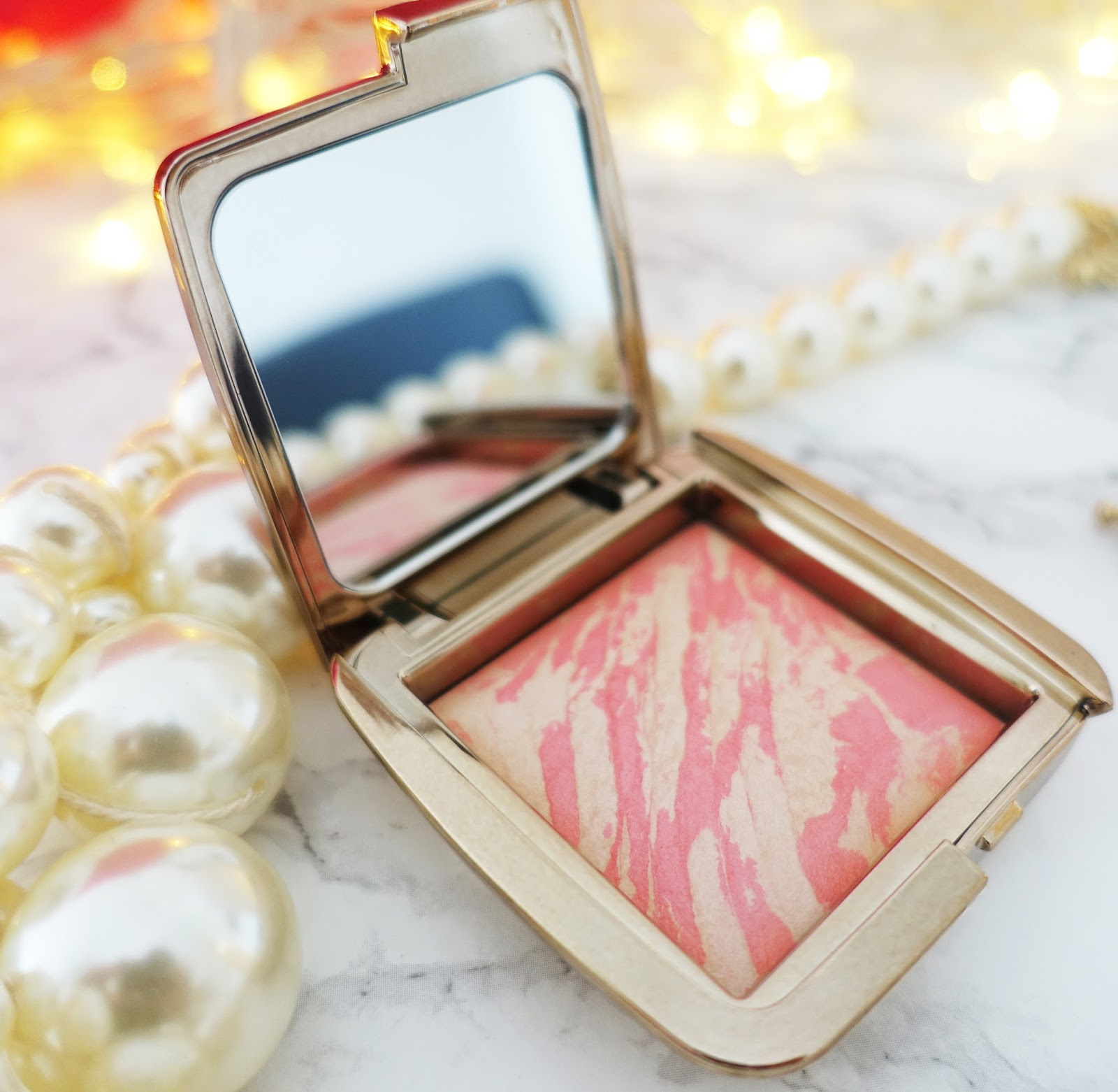 A beautiful blusher which gives a reflective light effect to make it look as if your skin is lit up.