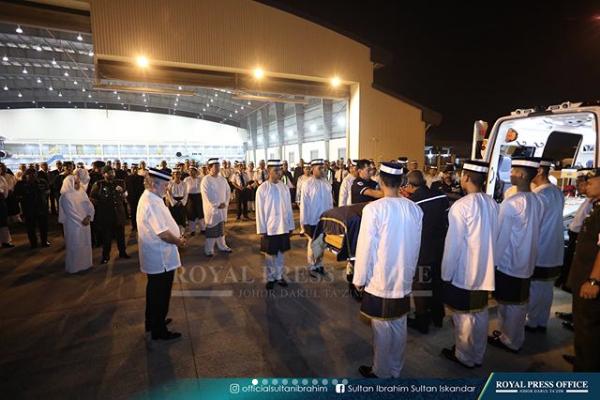 Jenazah Bonda DYMM Sultan Johor Selamat Tib Di Johor Untuk Dimakam