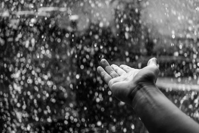 tu i teraz w deszczu