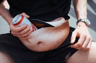 Invenção da pochete de 'barriga cervejeira' vira febre na rede social