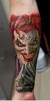 Tatuaje de The Joker a color en antebrazo