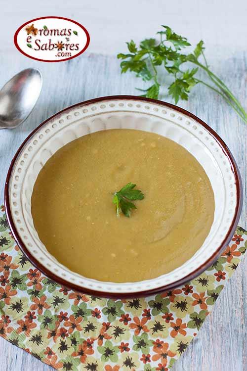 Sopa de legumes com salsa e alho tostado