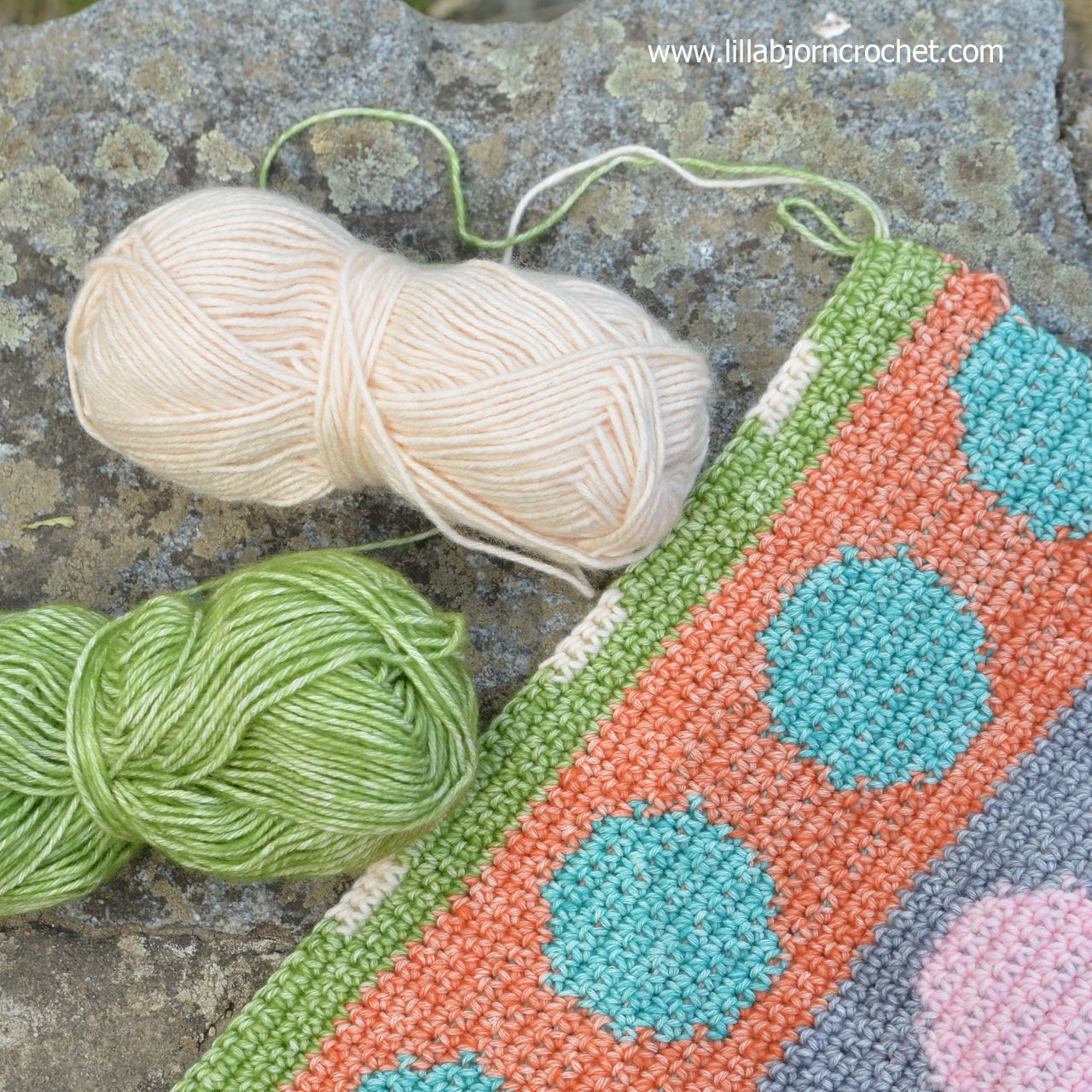 Pillow cover in tapestry crochet with circles pattern - by Lilla Bjorn Crochet