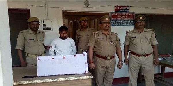 kotwali-police-ne-visphotak-patakho-sahit-ek-yuvak-ko-kiya-giraftaar