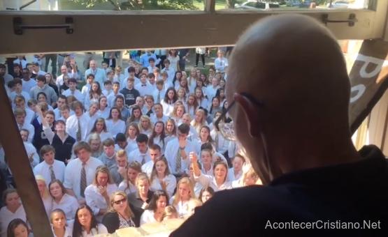 Estudiantes cantan alabanzas a Dios para animar a profesor con cáncer