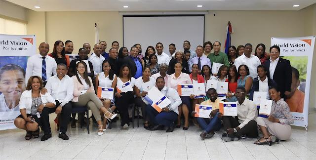 Director Nacional de World Vision junto a graduandos